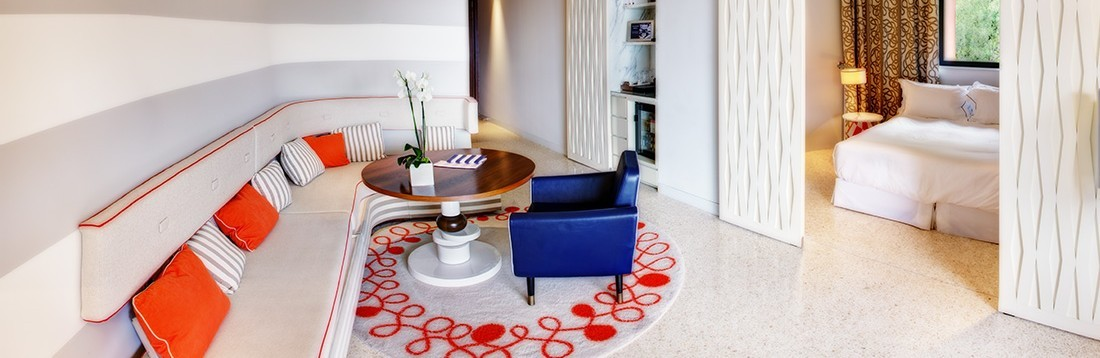Junior-suite-exclusive-74-SJE-vue-mer-salon-1100x368-1100x358